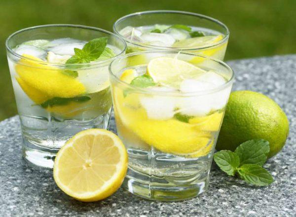 bere-un-bicchiere-acqua-calda-e-limone-la-mattina-fa-bene-o-fa-male-600x439